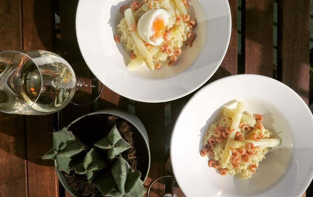 Wijnspijs: de winnende aspergewijn naast risotto met asperges en Hollandse garnalen